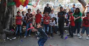 Niños rompiendo piñata