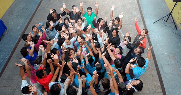 Personas alzando las manos
