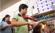 Alumnos tocando violin